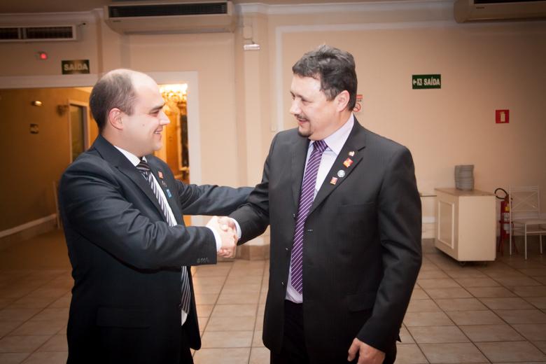 Companheiro Otacílio Andreatta Lemos transmite a presidência ao Companheiro Carlos Alberto Vieira Forlin.